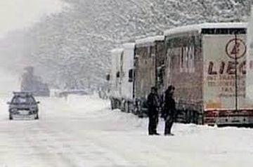 В Грузии из-за снега ограничено движение на двух дорогах