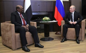 Владимир Путин с президентом Республики Судан Омаром Баширом. 2017 год