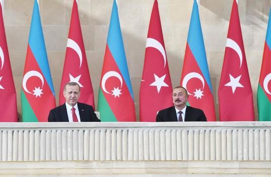 Ильхам Алиев, Реджеп Тайип Эрдоган и Мехрибан Алиева приняли участие в параде в честь столетия освобождения Баку (ВИДЕО)