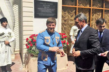 Сергей Меняйло подарил Рамзану Кадырову на день рождения бронзовый кортик