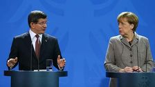 Меркель попросила Давутоглу разрядить ситуацию со сбитым Су-24