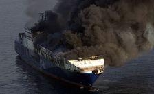 Вертолеты МЧС Азербайджана и суда Каспийского пароходства тушат горящий на Каспии российский танкер