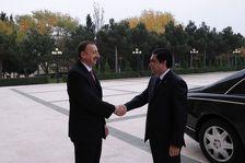Бердымухамедов поздравил Алиева с Днем Республики