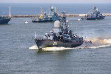 На Балтике двое моряков упали с вертолета во время репетиции парада (ВИДЕО)